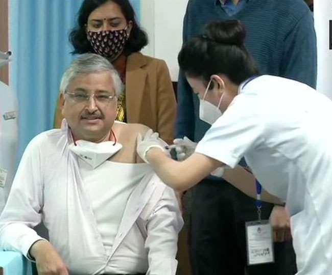 Delhi – कोरोना वैक्सीन की शुरुआत डॉ. रणदीप गुलेरिया ने लगवाई वॅक्सीन