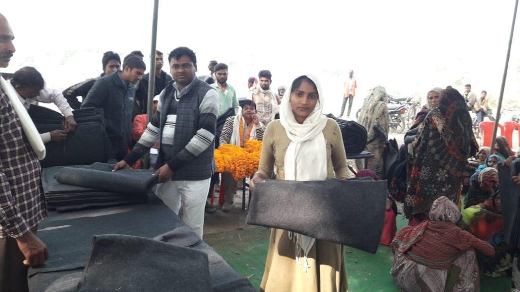Prayagraj :प्रधान खजुरी ने असहाय एवं जरूरत मंदों को बाटा कम्बल-गरीबों में खुशी