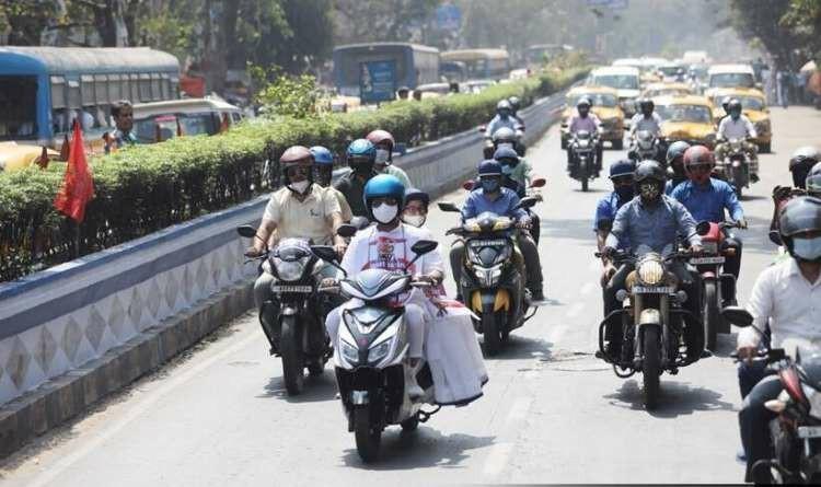 Mamta Banerjee ने इलेक्ट्रिक स्कूटर पर की सवारी, Petrol- Diesel की बढ़ती कीमतों का किया विरोध