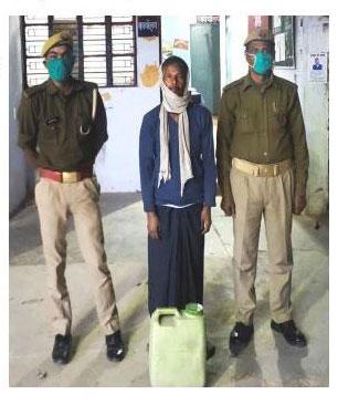 प्रयागराज : लालापुर पुलिस द्वारा 01 अभियुक्त को गिरफ्तार कर 15 ली0 अवैध कच्ची शराब बरामद तथा मौके पर 01 कु्न्टल लहन नष्ट कराया गया