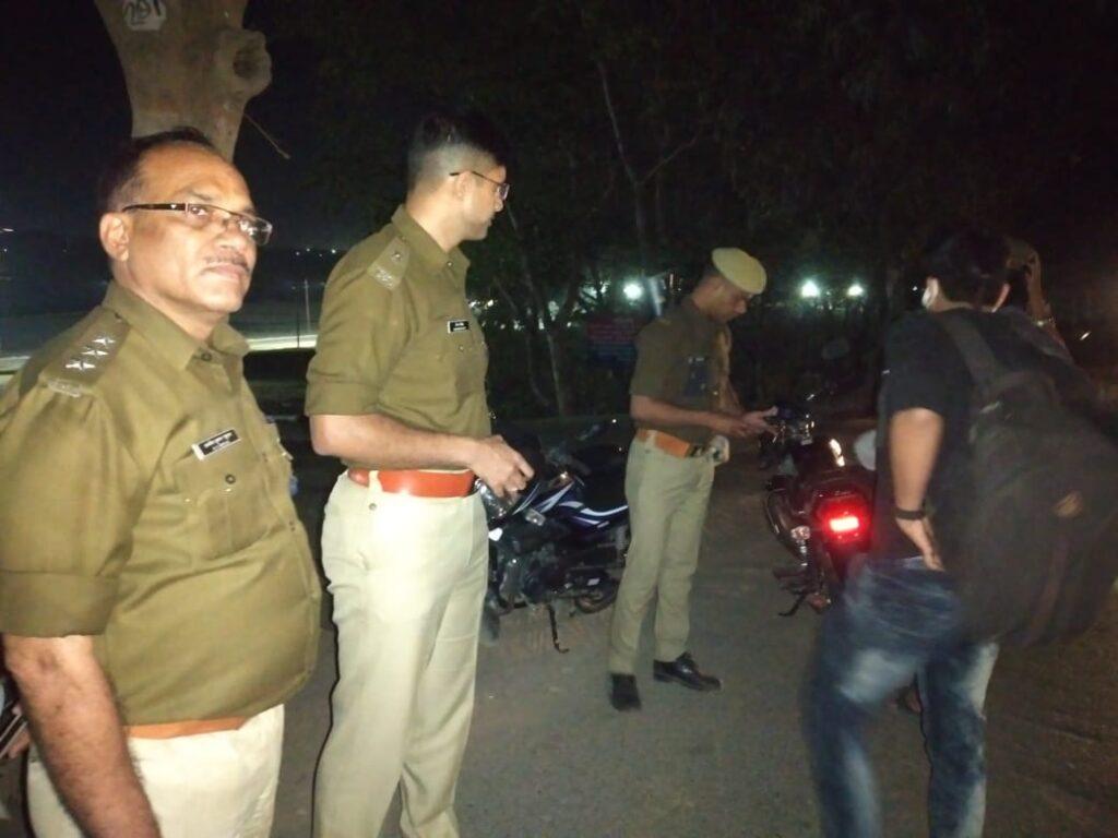 प्रयागराज : नैनी क्षेत्रान्तर्गत अरैल घाट में संदिग्ध व्यक्ति/वाहनो की चेकिंग की गयी