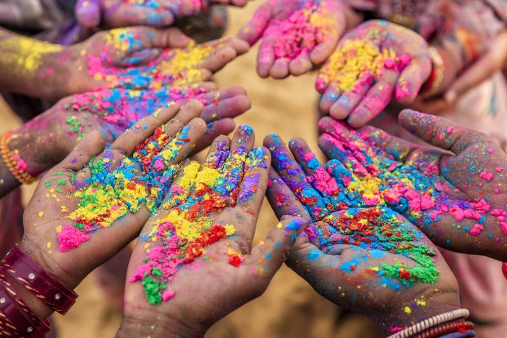 होली पर रंगों से कैसे करें त्वचा का बचाव, जानें चर्म रोग विशेषज्ञ के टिप्स