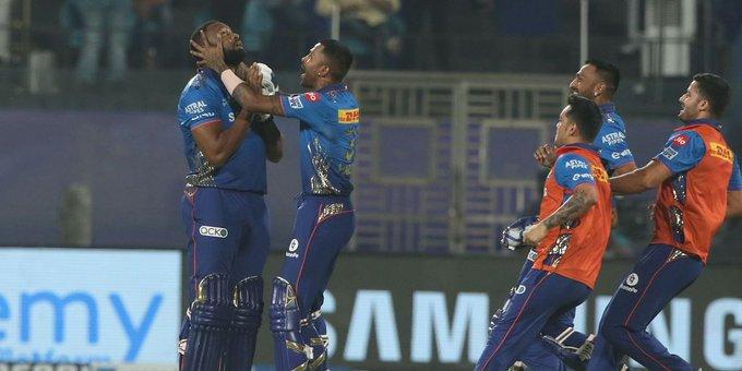 IPL 2021: मुंबई इंडियंस (MI) ने चेन्नई सुपर किंग्स (CSK) को 4 विकेट से हराया