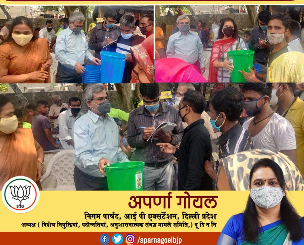 इंद्रा कैम्प पार्ट २ सेवा बस्ती में लोगो को डस्टबिन वितरित किये ताकि वो कूड़ा इधर उधर न फेके (Aparna Goel निगम पार्षद)